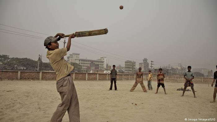Bangladesch Kinder spielen Cricket (Imago Images/UIG)