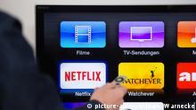 ILLUSTRATION - Ein Mann klickt sich am 29.11.2015 in Berlin durch das Menue des Video-Streaminganbieters Apple TV (gestellte Szene). Foto: Andrea Warnecke | Verwendung weltweit