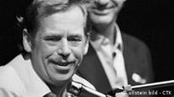 Vaclav Havel talks to media during the press conference of Civic Forum in Prague, Nov. 29, 1989. ullstein_high_80261355.jpg