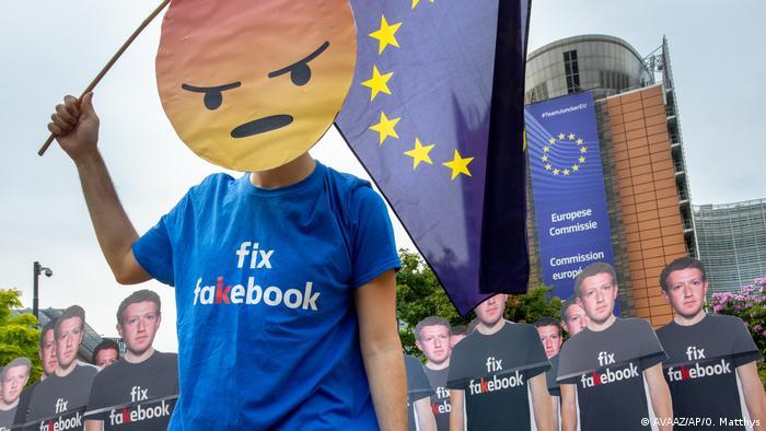 Protesto contra o Facebook em frente à sede da Comissão Europeia, em Bruxelas, em maio de 2018