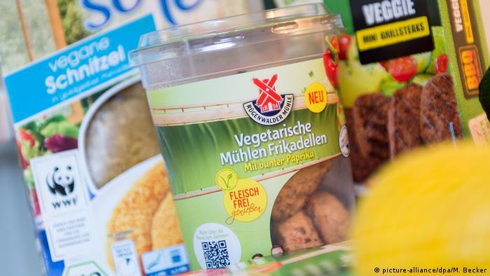 Vegane Schnitzel von Edeka, Vegetarische Frikadellen von der Rügenwalder Mühle und vegetarische Grillsteaks von Aldi Süd