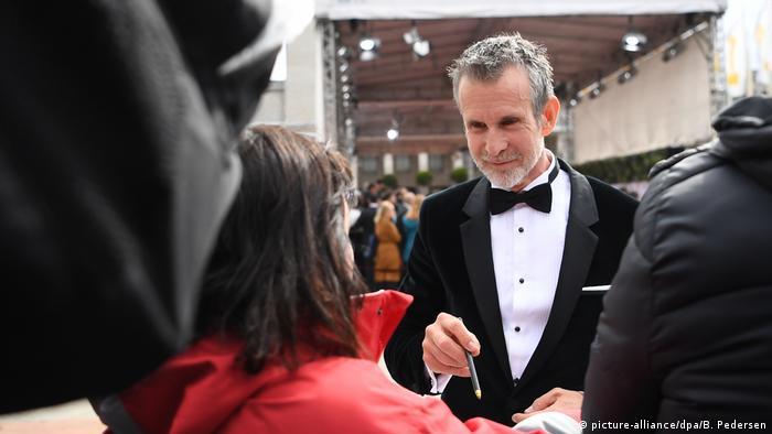 Berlin: Schauspieler Ulrich Matthes, Präsident der Deutschen Filmakademie, kommt zur Verleihung des 69. Deutschen Filmpreises Lola und schreibt Autogramme (picture-alliance/dpa/B. Pedersen) Ulrich Matthes im Smoking beim Autogramme geben