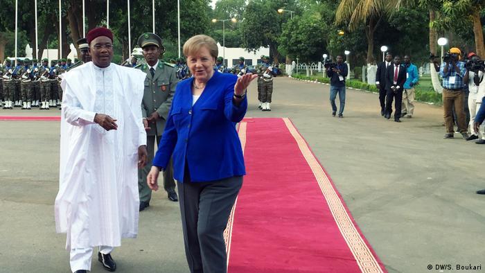 ميركل مع رئيس النيجر محمدو إيسوفو (2019)