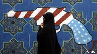 Demo zum 30. Jahrestag der Erstürmung der US-Botschaft in Teheran Caption An Iranian woman walk past a mural outside former US embassy during during a demonstration marking the 30th anniversary of US Embassy takeover on 4 November 2009 in front of the former US embassy in Tehran , Iran. EPA/ABEDIN TAHERKENAREH +++(c) dpa - Report+++