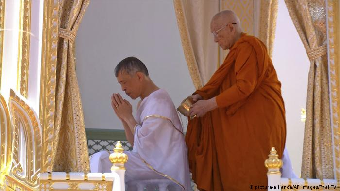 Thailand - Krönung von König Maha Vajiralongkorn (picture-alliance/AP Images/Thai TV )