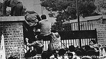 Iranian students climb over a wall of the US embassy Photo: EPA/IRNA +++(c) dpa - Bildfunk+++