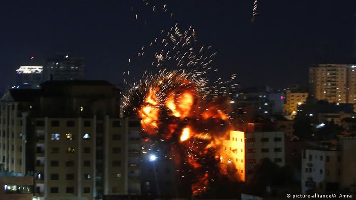 Israelische Kampfflugzeuge haben das Gebäude der Anadolu Agency in Gaza getroffen (picture-alliance/A. Amra )