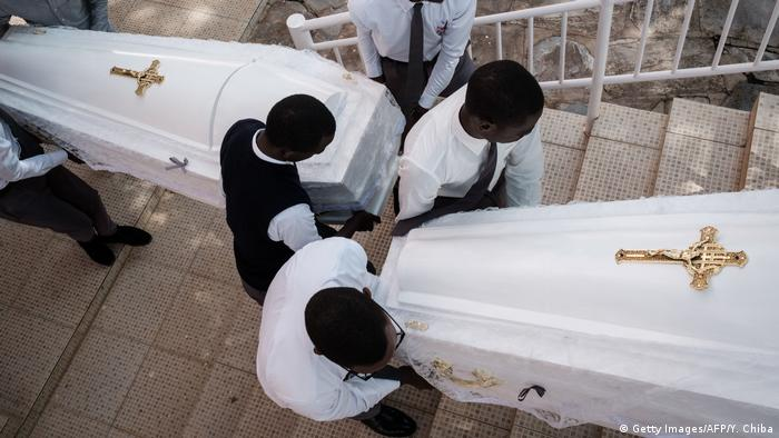 Rwandans burry victims of the 1994 genocide
