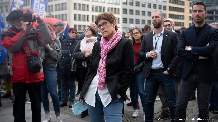EU Deutschland l Pulse of Europe - Demonstration in Berlin mit Annegret Kramp-Karrenbauer (picture alliance/dpa/R. Hirschberger)