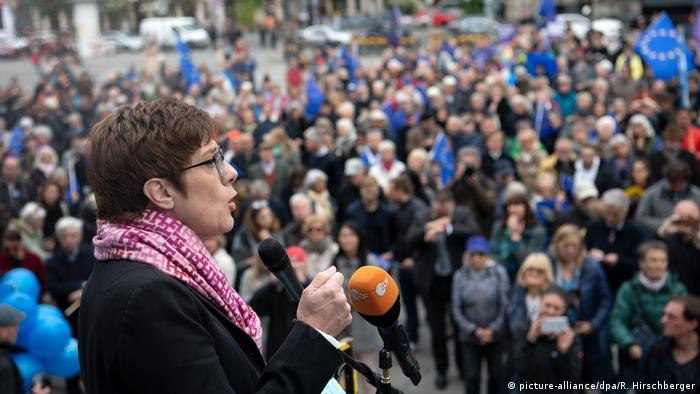 EU Deutschland l Pulse of Europe - Demonstration in Berlin mit Annegret Kramp-Karrenbauer (picture-alliance/dpa/R. Hirschberger)