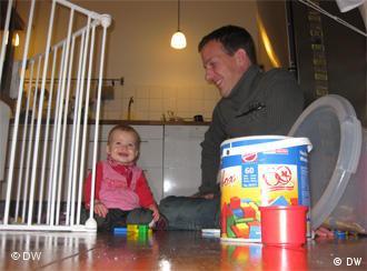 Peter Kasza und Töchterchen Julia spielen in der Küche (Foto: Ronny Arnold)
