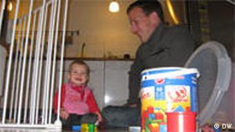 Peter Kasza y su hijita Julia juegan en la cocina.