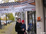 Peter Kasza con su hija Julia delante del Centro de Padres de Berlin.