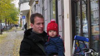 Peter Kasza mit Tochter Julia vor dem Berliner Väterzentrum (Foto: Ronny Arnold)