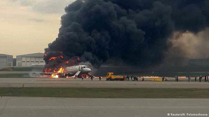Russland l Brennendes Flugzeug von Aeroflot muss in Moskau notlanden (Reuters/N. Polomoshnova)