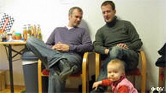 Marc Schulte und Peter Kasza im Gespräch, während Julia im Vordergrund spielt (Foto: Ronny Arnold)