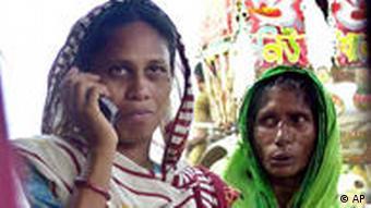 Frauen in Dhaka, Bangladesch, mit Handy