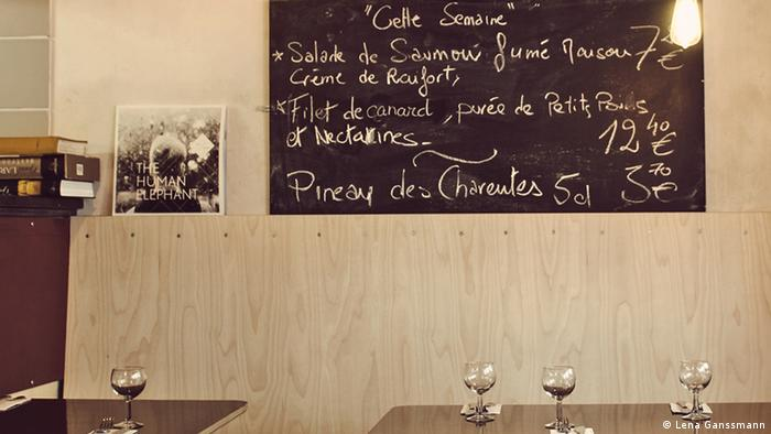 Les Valseuses from the inside with two tables, empty wine glasses and a blackboard on the wall (Foto: Lena Ganssmann).
