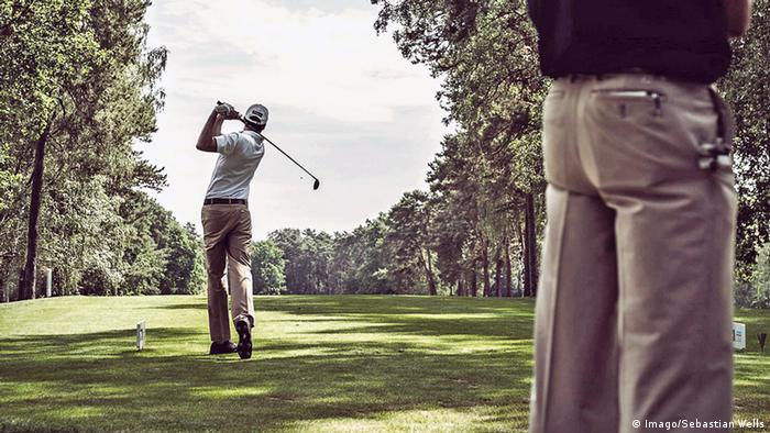 Ein Spieler schlägt auf dem Grün des Golf- und Landclubs Wannsee ab (Foto: Imago/Sebastian Wells).