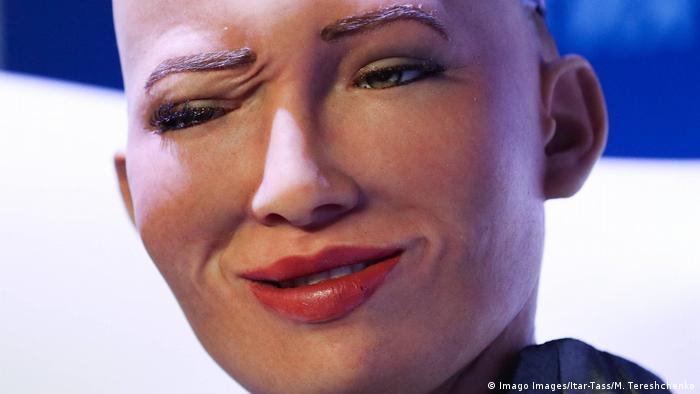 Roboter Sophia makes a grimacing smile
