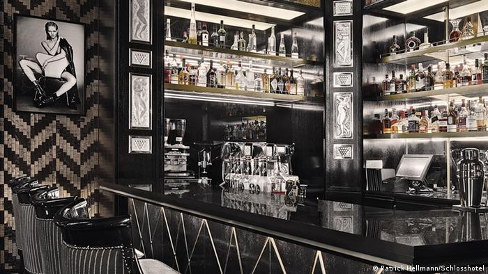 Black bar counter with black and silver bar chairs (Foto: Patrick Hellmann/Schlosshotel).