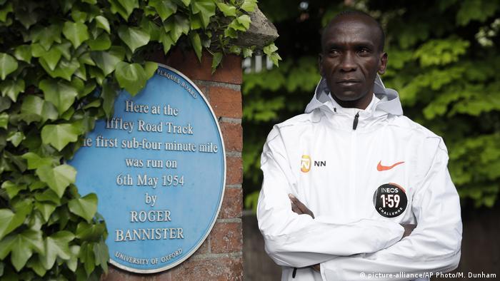 Großbritannien Oxford   Gedenktafel Roger Bannister   Eliud Kipchoge, Marathon-Weltrekordhalter aus Kenia