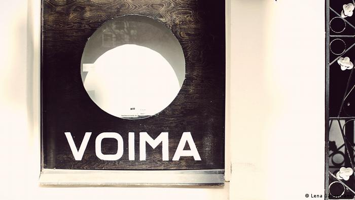 On a white wall a black board with a big hole in it, under which VOIMA is written in capital letters (Foto: Lena Ganssmann).