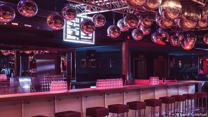 Empty bar counter with red bar stools (Foto: Patrick Roddelkopf).