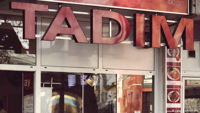 Rote Leuchtbuchstaben Tadim (Foto: Lena Ganssmann).