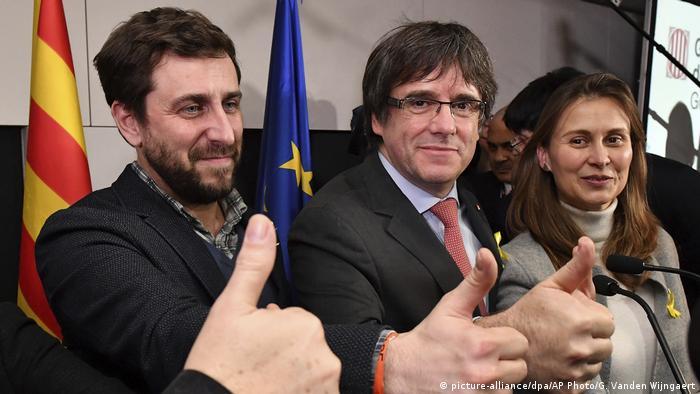 Экс-глава администрации Каталонии Карлес Пучдемон и бывший член администрации Антони Комин на пресс-конференции в Брюсселе, декабрь 2017 года