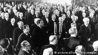 Ιστορική φωτογραφία από συνεδρίαση υιοθέτησης του Θεμελιώδους Νόμου στις 23 Μαίου του 1949 στη βουλή, με τον οποίο θεμελιώθηκε η Ομοσπονδιακή Γερμανία
