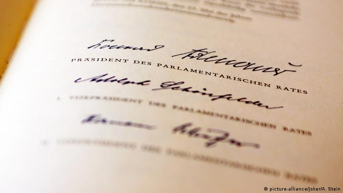 a reproduction of the original Basic Law document (picture-alliance/Joker/A. Stein)