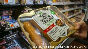 Упаковка растительных сосисок в нью-йоркском супермаркете