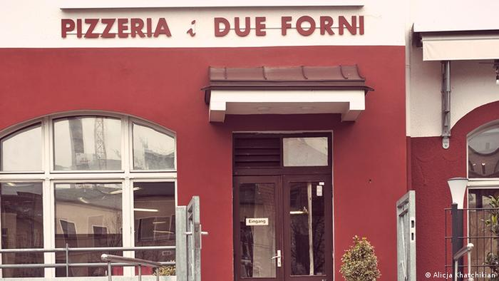 Outside the I Due Forni pizzeria with red wall (Foto: Alicja Khatchikian).
