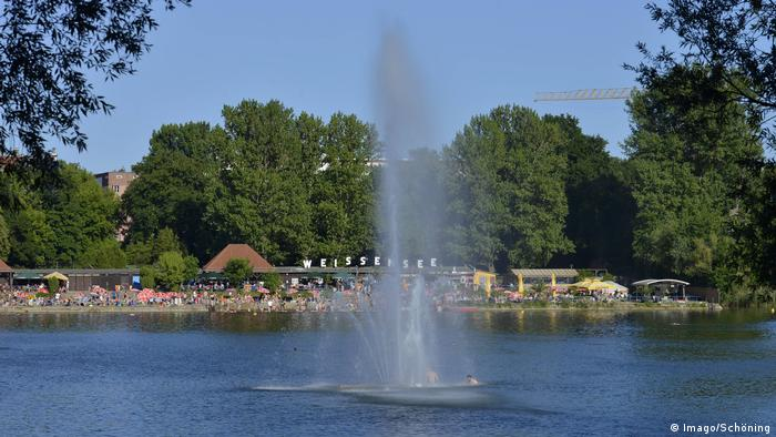 a fountain sprouts in the middle of a lake (Imago/Schöning)