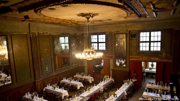 Set tables in Clarchen's Ballhaus. (picture-alliance/dpa/O. Spata)