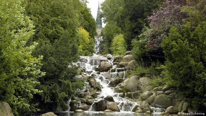 A waterfall running through a forested park (Foto: Imago/Schöning).