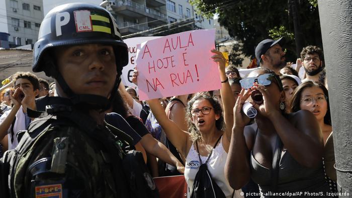Brasilien | Studenten protestieren gegen Präsident Jair Bolsonaro in Rio de Janeiro (picture-alliance/dpa/AP Photo/S. Izquierdo)