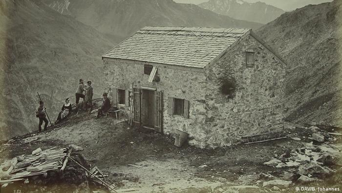 Black and white picture dating from 1885 of the Olpererhütte mountain hut in the Zillertal Apls (DAV/B. Johannes)