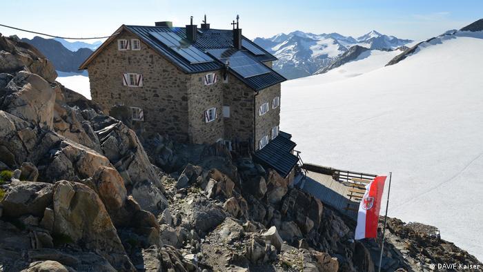 High-apline mountain hut Brandenburger Haus in the Ötztal with glacier visible in the background (DAV/F.Kaiser)