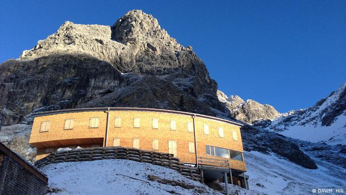 Exterior of the Waltenberger Haus in the Allgäu Alps seen from below (DAV/M. Hill)