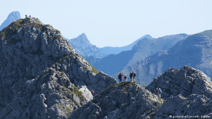 Wengenkopf mountain with hikers on the peak on the Hindelanger Klettersteig mountain route (picture-alliance/K. Kreder)