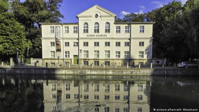Exterior of the Alpine Museum of the German Alpine Association in Munich (picture-alliance/H. Bäsemann)