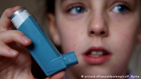 A child holding an asthma inhaler (picture alliance/dpa/empics/P. Byrne)