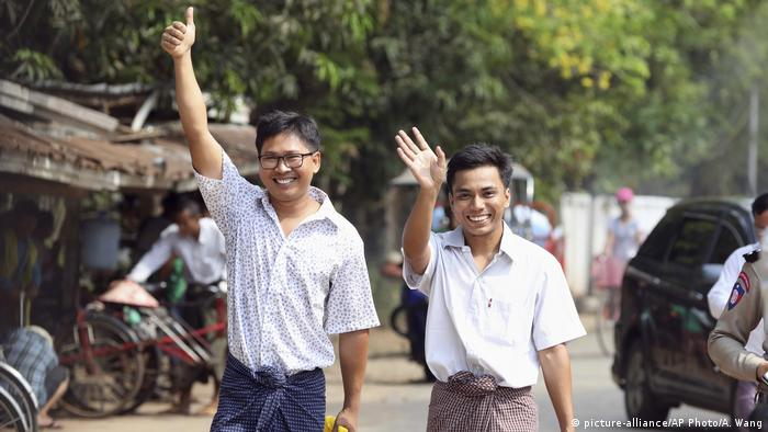 Myanmar Entlassung in Freiheit der Reuters-Journalisten Wa Lone & Kyaw Soe Oo (picture-alliance/AP Photo/A. Wang)