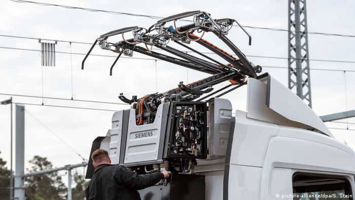 Truck fitted with extending cables