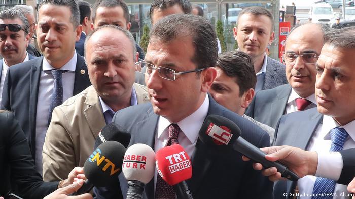 Istanbuls Bürgermeister Ekrem Imamoglu vor Beratungen mit den Parteifreunden von der CHP (Foto: Getty Images/AFP/A. Altan)