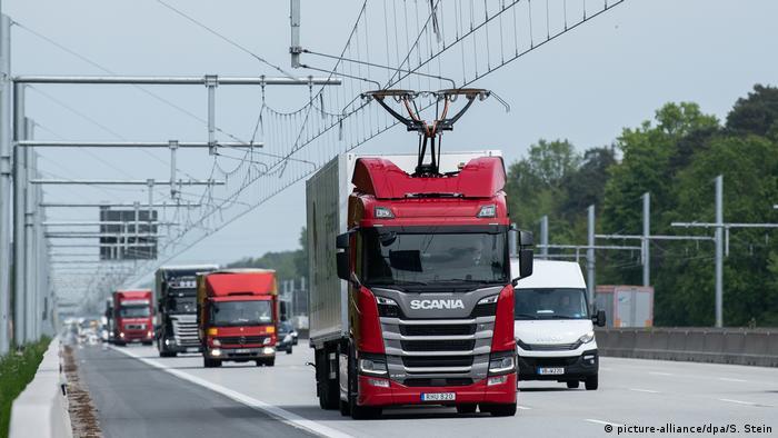 Teststrecke mit Oberleitung auf der Autobahn 5 bei Frankfurt. Ein E-LKW fährt mit dem Strom aus der Oberleitung.