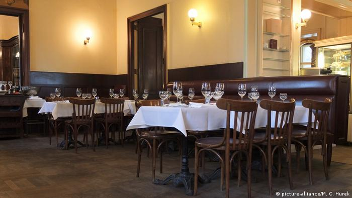 covered tables with wine glasses at Café Einstein (picture-alliance/M. C. Hurek)