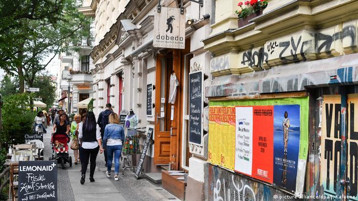 Ein bunter und belebter Bürgersteig im Graefekiez (picture-alliance/dpa/J. Kalaene)